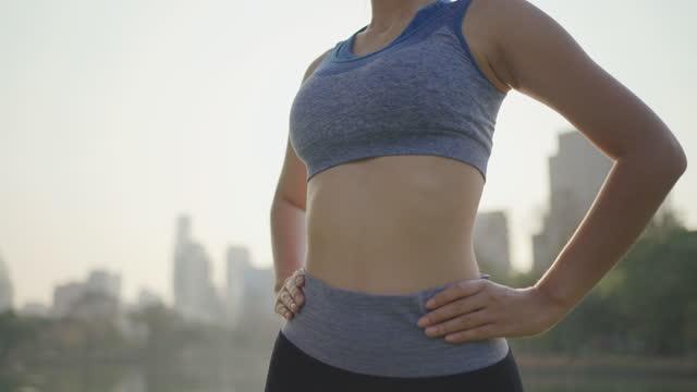 donna che fa riscaldamento esercizio slow motion. - limb body part video stock e b–roll