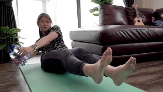 vidéos et rushes de femme faisant des exercices de poids à la maison. - membres du corps humain