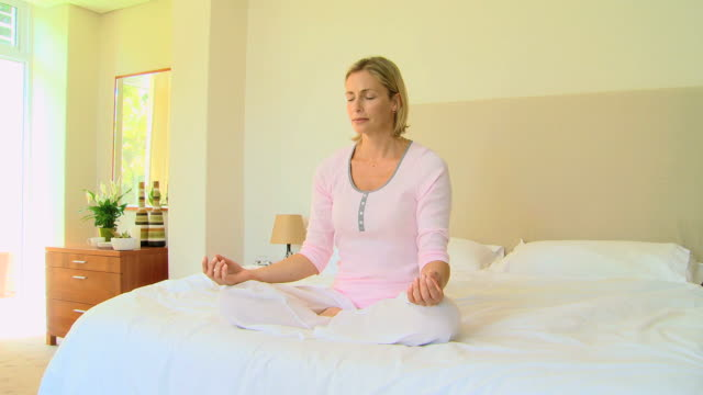 stockvideo's en b-roll-footage met woman doing yoga / cape town, western cape, south africa - in kleermakerszit