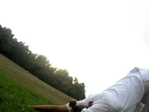 vidéos et rushes de a woman doing yoga in a park outside sweden. - une seule femme d'âge moyen