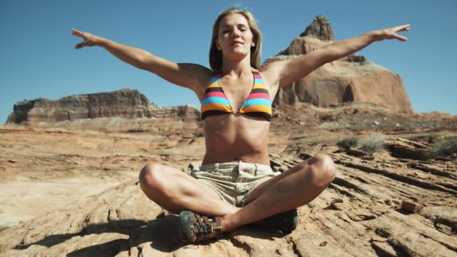 vídeos de stock e filmes b-roll de woman doing yoga in the desert - lago powell