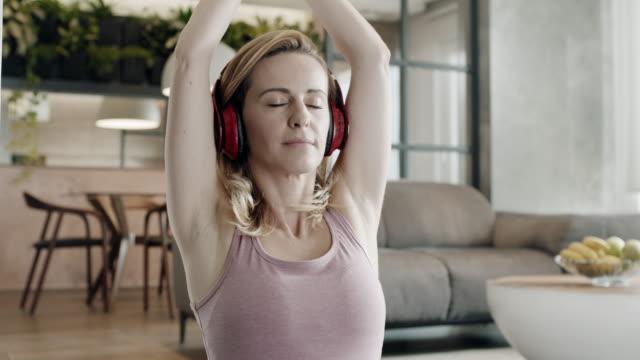 vidéos et rushes de femme faisant yoga méditation à la maison - yeux fermés