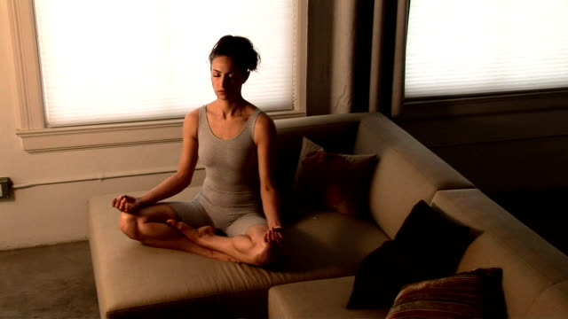 vidéos et rushes de woman doing yoga - posture du lotus