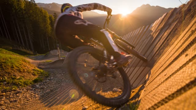 woman downhill mountain biking at sunset - agility stock videos & royalty-free footage