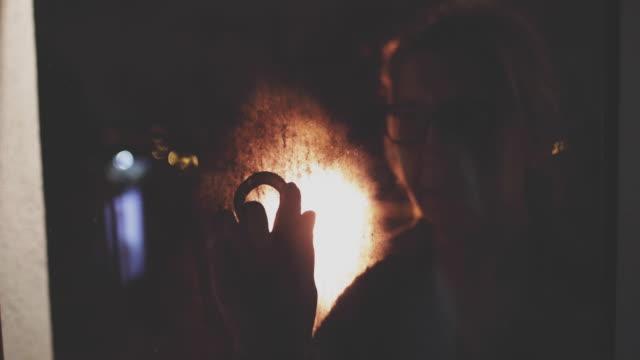 vídeos de stock, filmes e b-roll de coração de desenho de mulher em uma janela de nevoeiro - amor à primeira vista