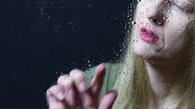 vidéos et rushes de coeur dessin femme sur fenêtre humide - rosée
