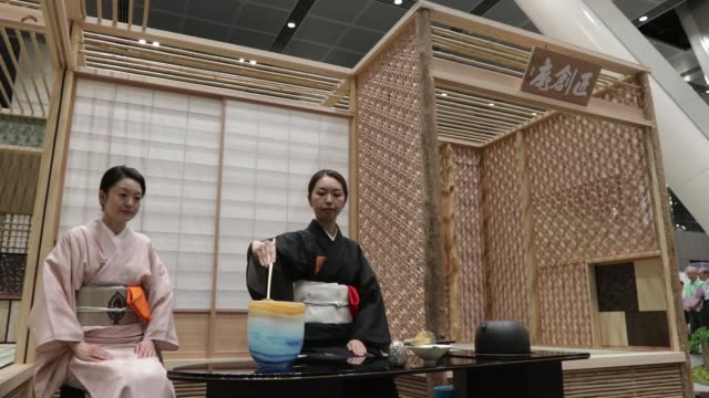stockvideo's en b-roll-footage met a woman dressed in a kimono prepares tea during a tea ceremony demonstration at the monozukuri takumi no waza expo in tokyo japan on wednesday aug 10... - soeplepel