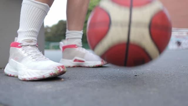 woman dribbling basketball - basketboll boll bildbanksvideor och videomaterial från bakom kulisserna