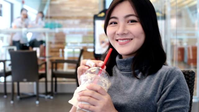 Frau trinken Kaffee und smlie zu Kamera