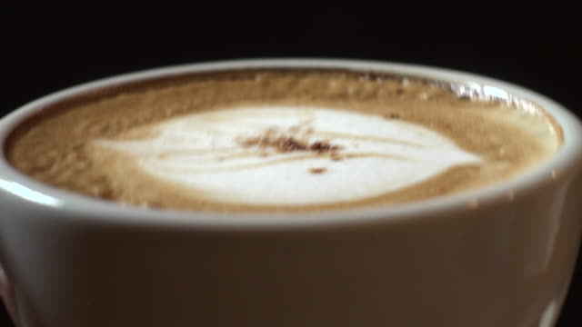 vídeos de stock, filmes e b-roll de mulher beber café - bebida com espuma