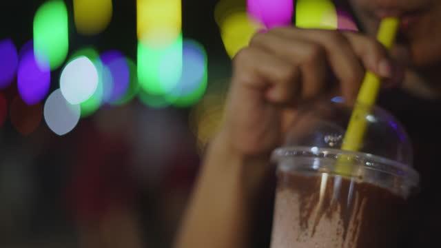 kvinna dricka iced mjölkchoklad från halmen - engångsmugg bildbanksvideor och videomaterial från bakom kulisserna