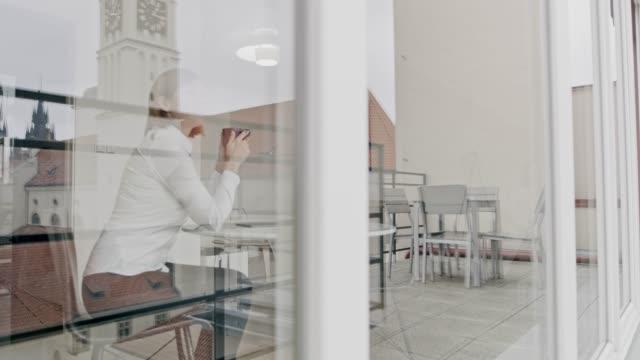 彼女のアパートでコーヒーを飲んで ws 女性 - 広角撮影点の映像素材/bロール