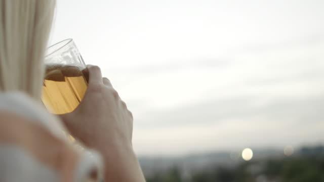 donna beve birra - solitario video stock e b–roll