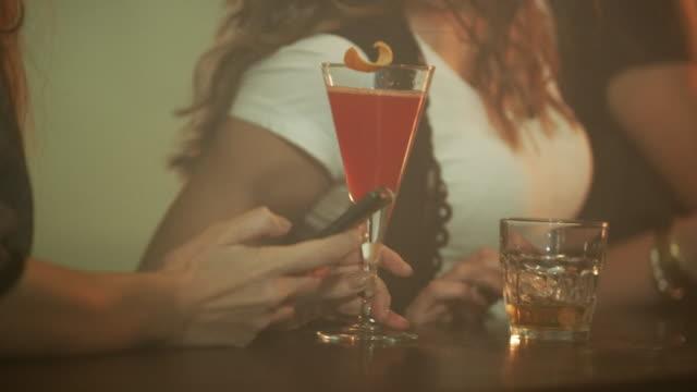 frau trinken cocktail 4k - happy hour stock-videos und b-roll-filmmaterial