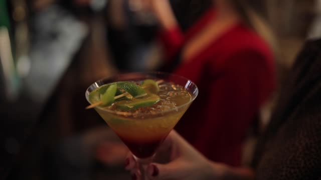 stockvideo's en b-roll-footage met vrouw drinken cocktail - cocktail