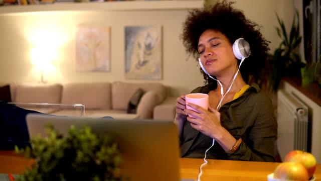 女性コーヒーを飲むとラップトップを使用して - 若い女性だけ点の映像素材/bロール