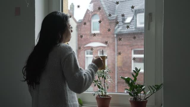 vidéos et rushes de femme buvant le café et observant l'extérieur - salle attente