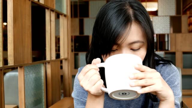 vídeos y material grabado en eventos de stock de mujer bebiendo café por la mañana en el café - niñas bebés