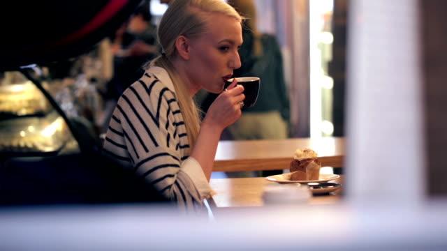 vídeos de stock e filmes b-roll de mulher beber café com os seus amigos - olhar de lado