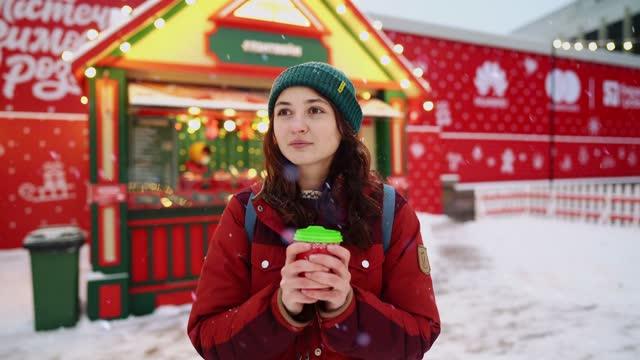 vídeos de stock e filmes b-roll de woman drinking from single-use cup on  christmas market - utilização única