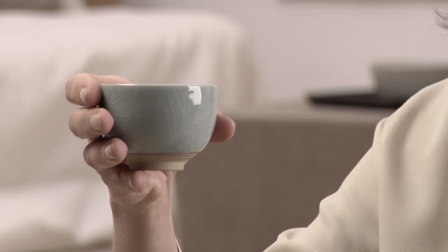 vídeos y material grabado en eventos de stock de cu tu woman drinking from small tea cup/ rome, italy - cuello humano