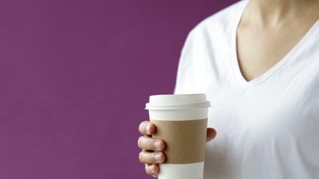 vídeos de stock, filmes e b-roll de mulher bebendo seu café - copo descartável