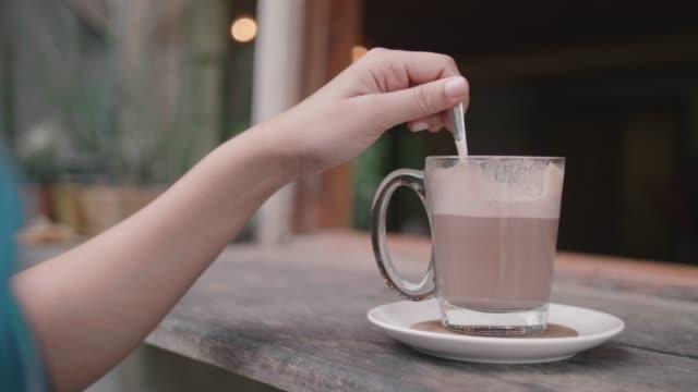 frau trinken heißen schokolade. - schale stock-videos und b-roll-filmmaterial