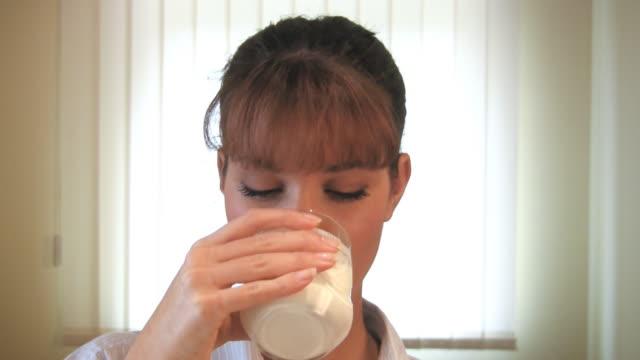 vidéos et rushes de hd : femme buvant du lait - une seule jeune femme