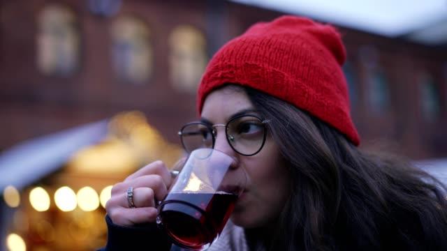 vídeos de stock, filmes e b-roll de mulher bebendo vinho quente - frio