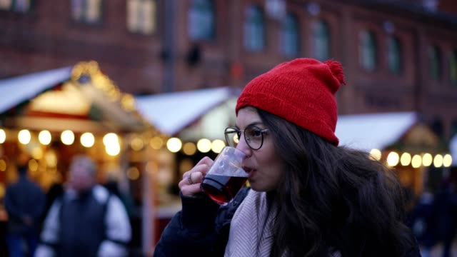vídeos de stock e filmes b-roll de woman drinking mulled wine - berlim