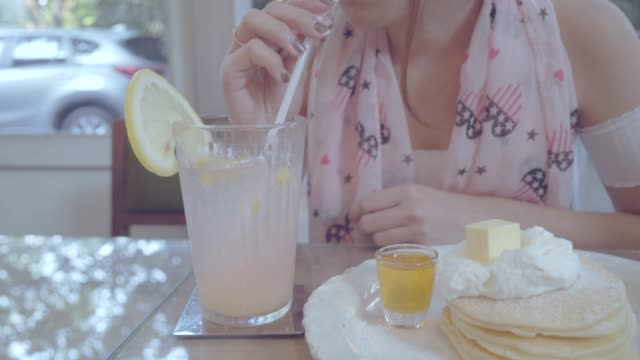 vidéos et rushes de femme, boire du jus de soude de paille - soda