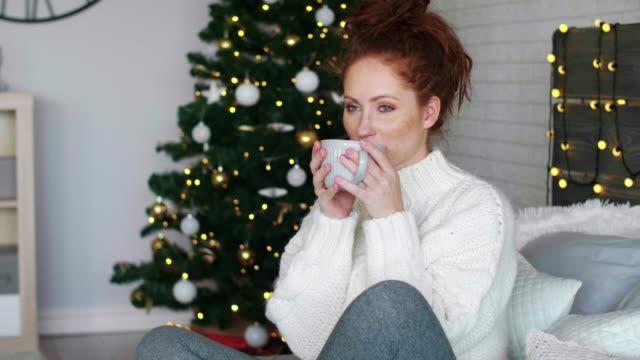 vidéos et rushes de woman drinking tea at christmas/ debica/ poland - nostalgie