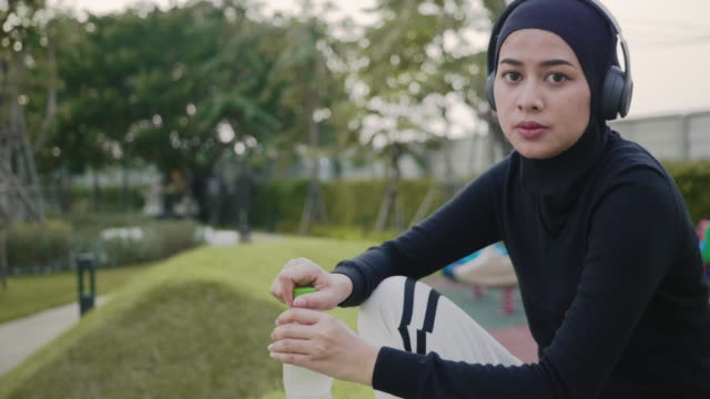 stockvideo's en b-roll-footage met vrouw drinkwater na inspanning - jogster