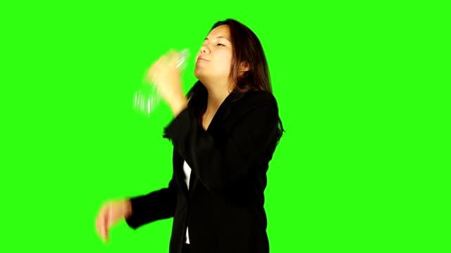 飲料水を女性が握り、ボトルグリーンスクリーン - キーアブル点の映像素材/bロール