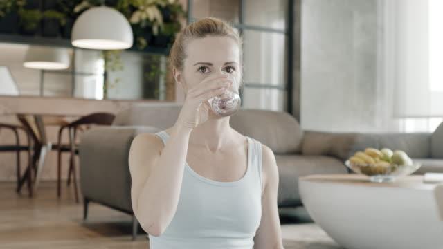 vidéos et rushes de eau potable femme - verre d'eau