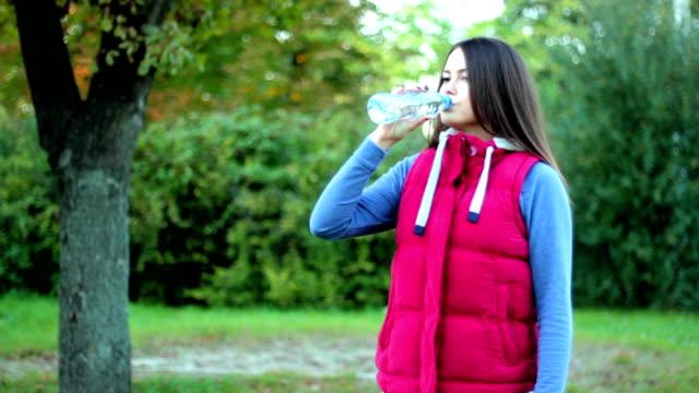 frau trinkt wasser - destilliertes wasser stock-videos und b-roll-filmmaterial