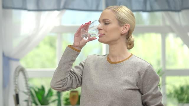 Mujer agua potable