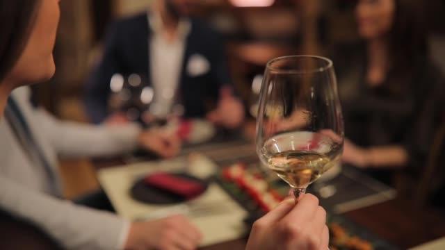 frau trinkt weißwein im restaurant - eleganz stock-videos und b-roll-filmmaterial
