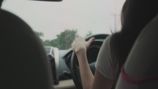 友人と女性車 - 職業 運転手点の映像素材/bロール