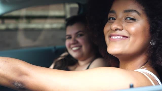 車内で女性ドライバーの肖像画 - ブラジル文化点の映像素材/bロール