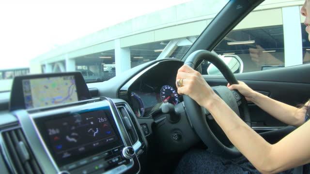 駐車場に車を運転する女性 - 駐車点の映像素材/bロール