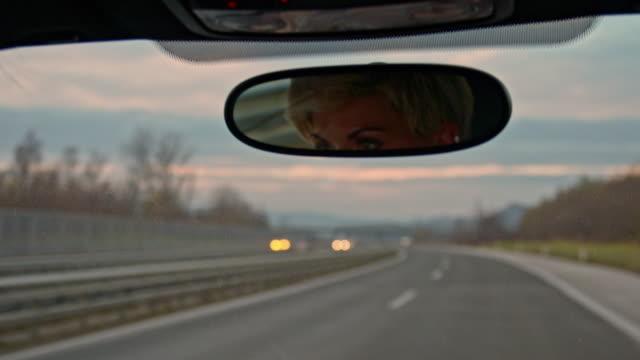 SLO-MO-Frau Autofahren auf der Autobahn