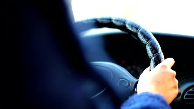 Frau Fahren ein Auto