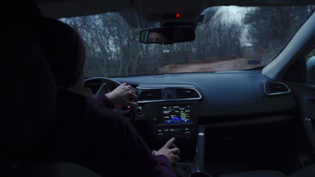 vídeos de stock, filmes e b-roll de mulher dirigindo carro ao amanhecer - extreme close up