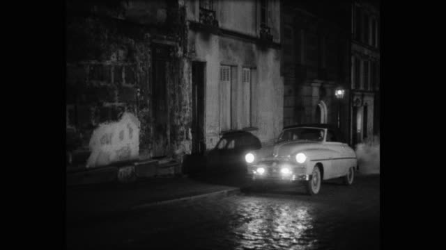 vidéos et rushes de woman driving car on street at night, paris, france - trottoir