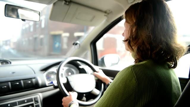 Donna guida auto in città