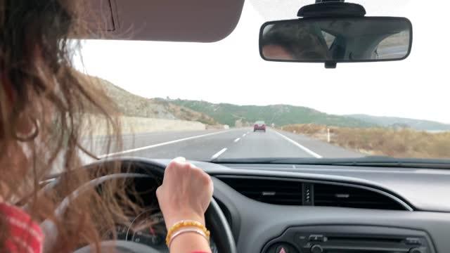 車を運転する女性 - 人の背中点の映像素材/bロール