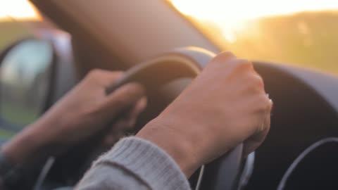 vídeos y material grabado en eventos de stock de mujer conduciendo un coche moderno, sosteniendo la rueda de manejo en carretera. - pieza de máquina