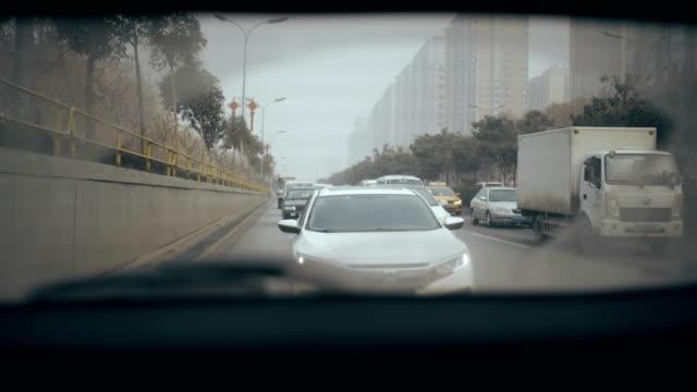 vídeos de stock e filmes b-roll de woman driving on motorway,view form back window of car - atrás