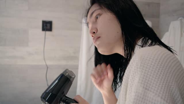vídeos y material grabado en eventos de stock de mujer secando el cabello en el baño - cabello mojado